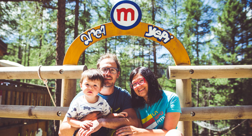 Famiglia a passeggio verso il Larix Park del Mottolino a Livigno
