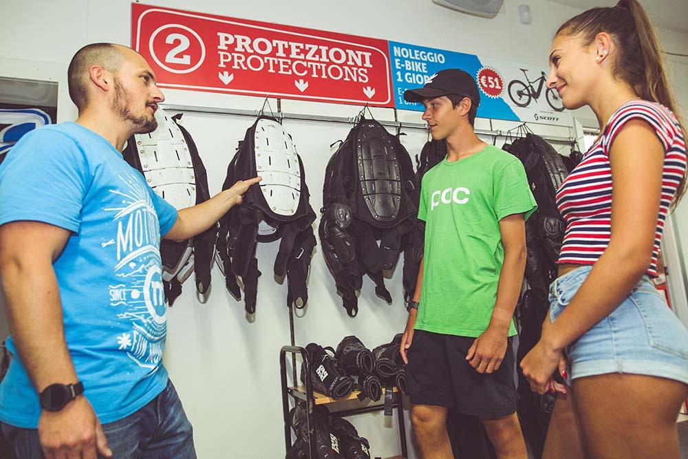 Protezioni e accessori per la discesa al Mortolino Bikepark