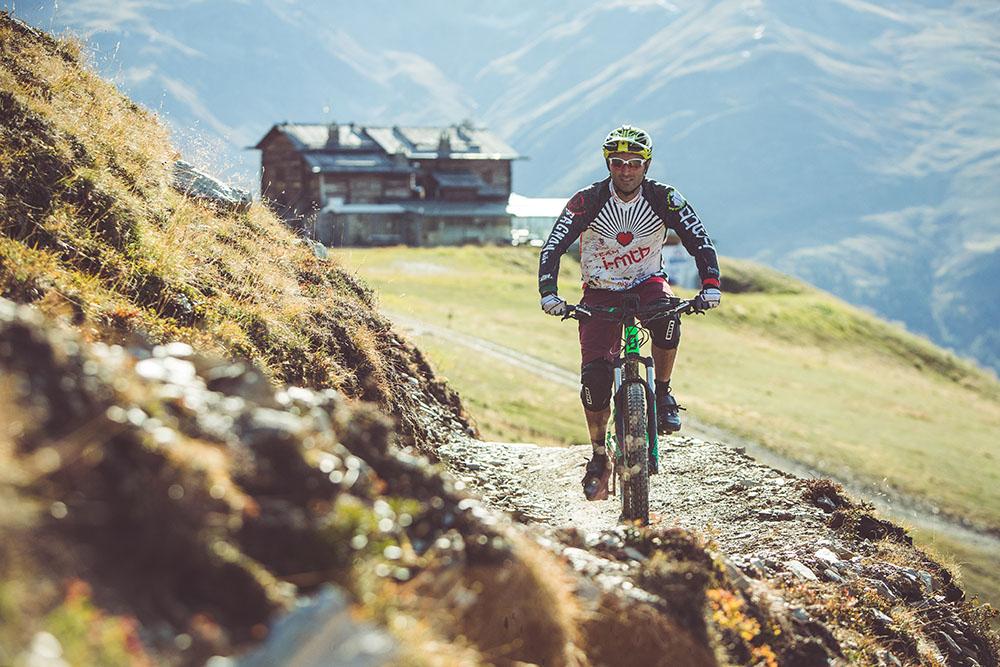 Sentiero per mtb a Livigno dsulle Alpi