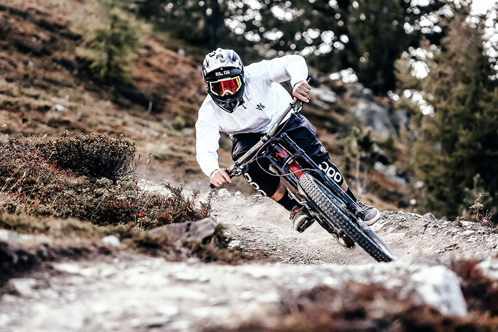 Rider in un curvone del Mottolino Bike Park