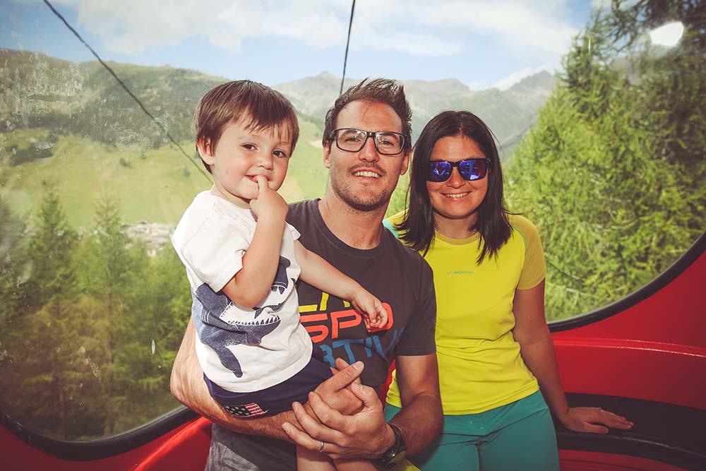 Famiglia in vacanza sulla cabinovia del Mottolino