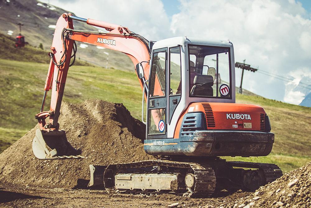 Escavatore in azione per la sicurezza dei cantieri al Mottolino Bikepark