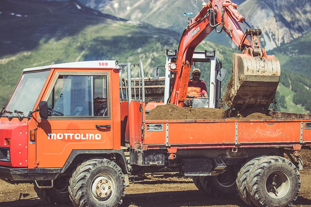 Camion e scavatore per la sistemazione in sicurezza sentieri Bikepark