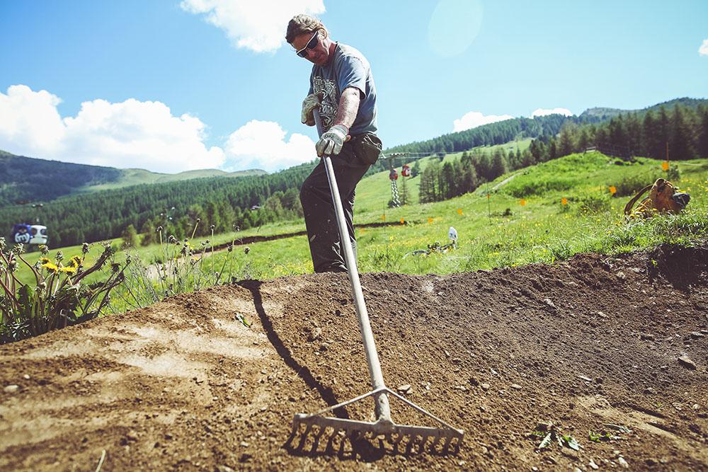 Manutenzione terreno per migliorare performance riders durante downhill