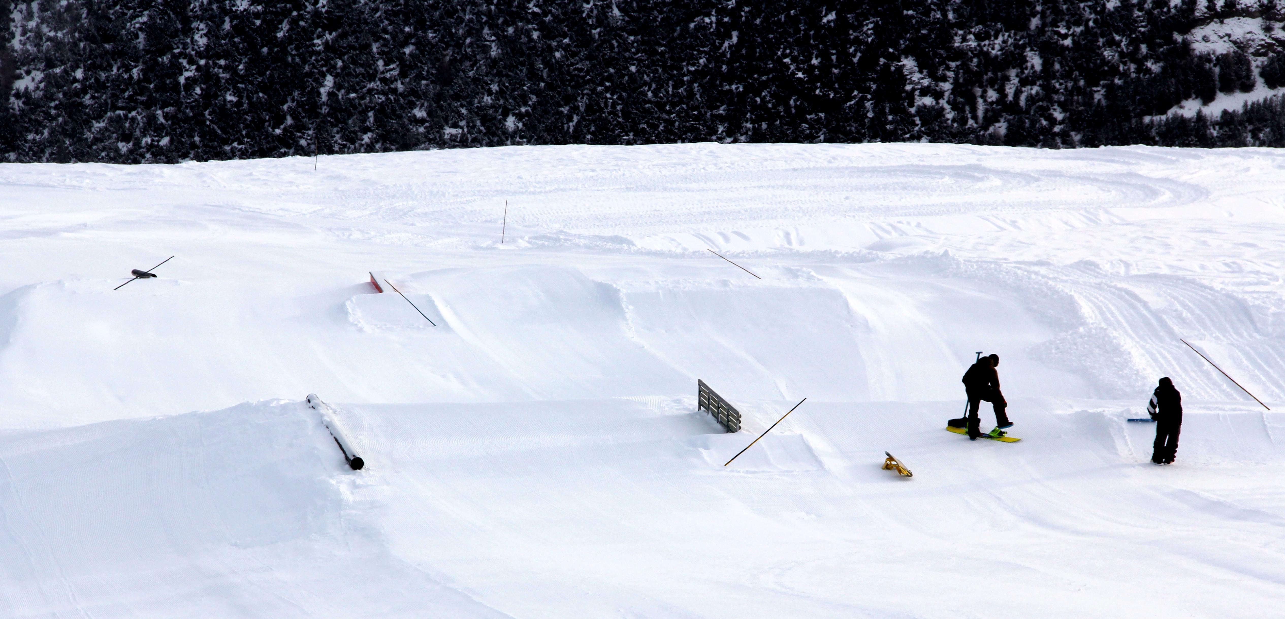 operatori che piallano la neve sulle piste