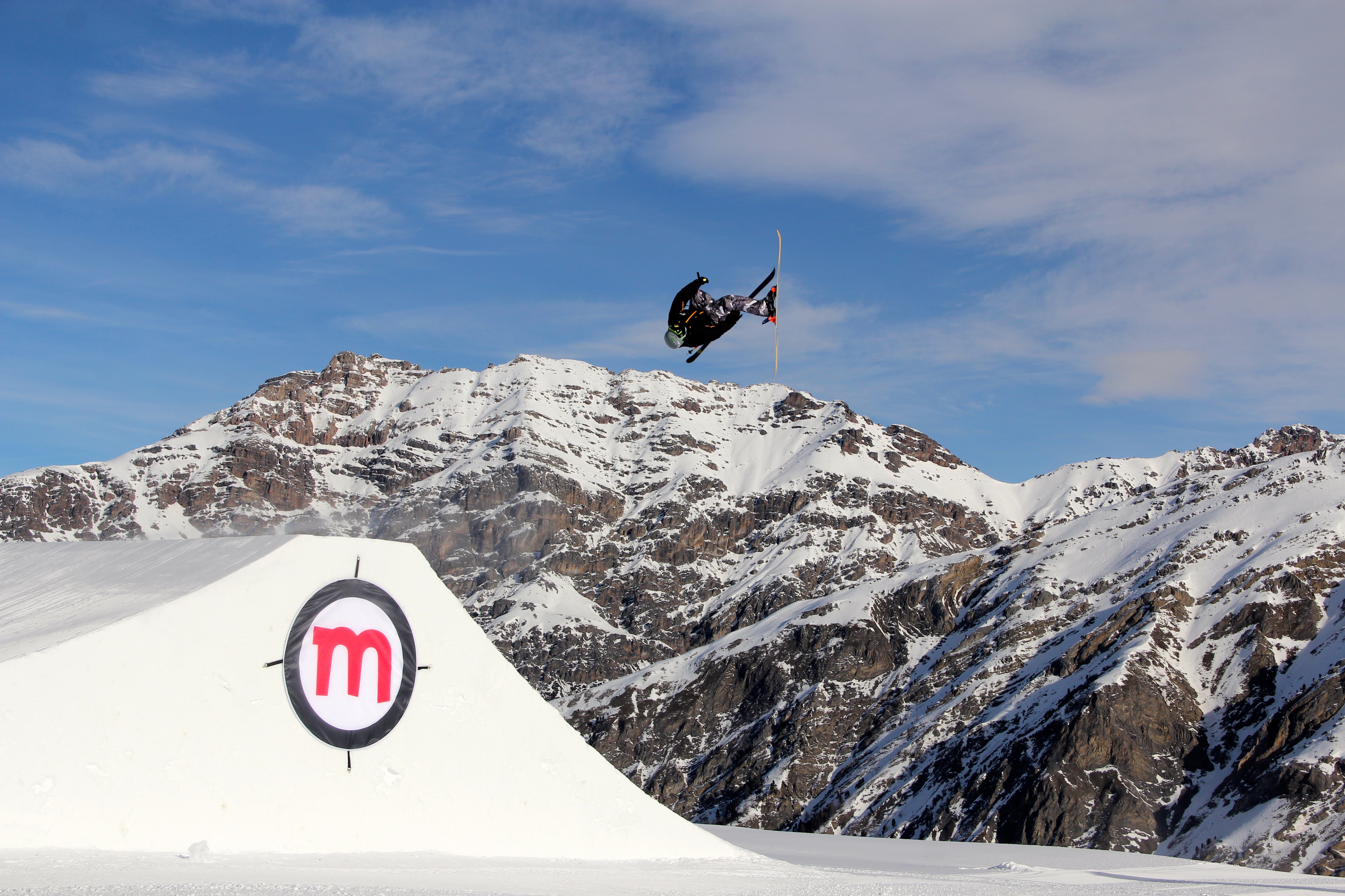 Snowpark Mottolino, evoluzioni di uno sciatore