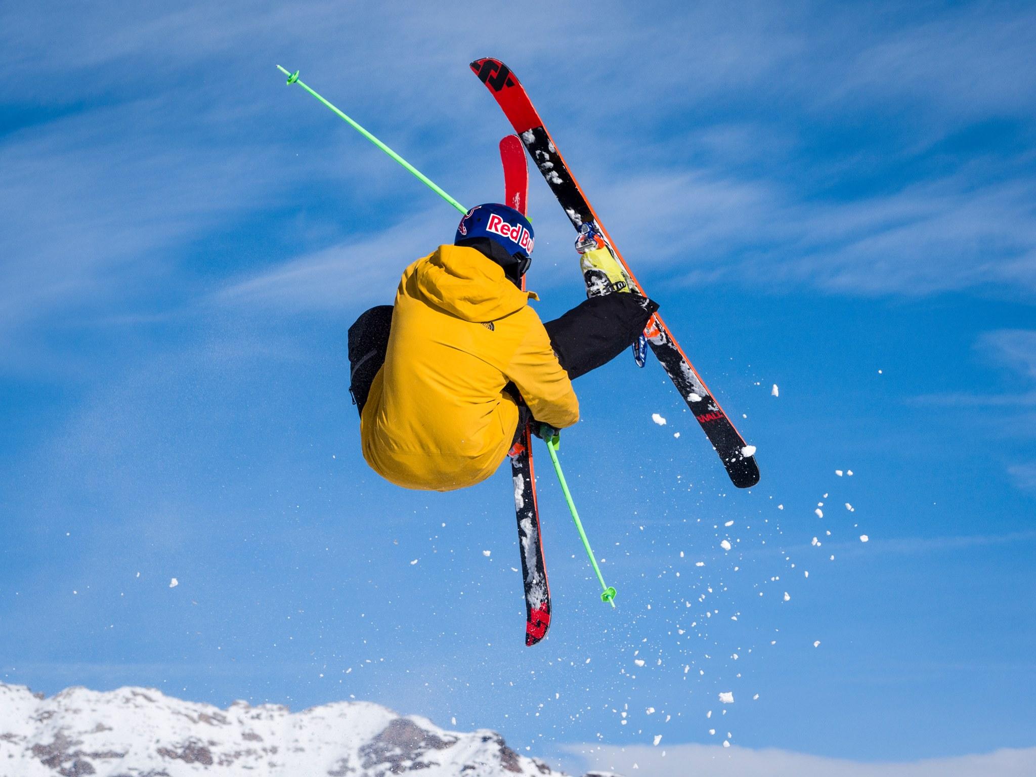 Acrobazie sugli sci sul Mottolino sulle Alpi