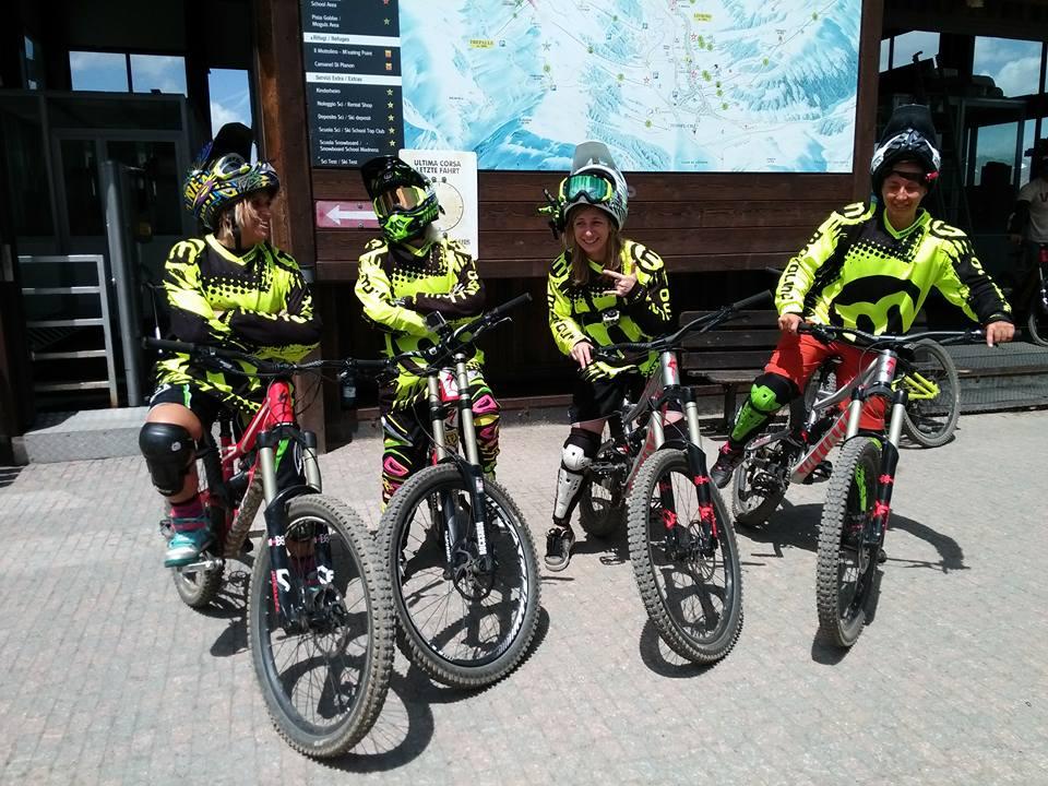 Amici che sfidano il Bikepark di Livigno