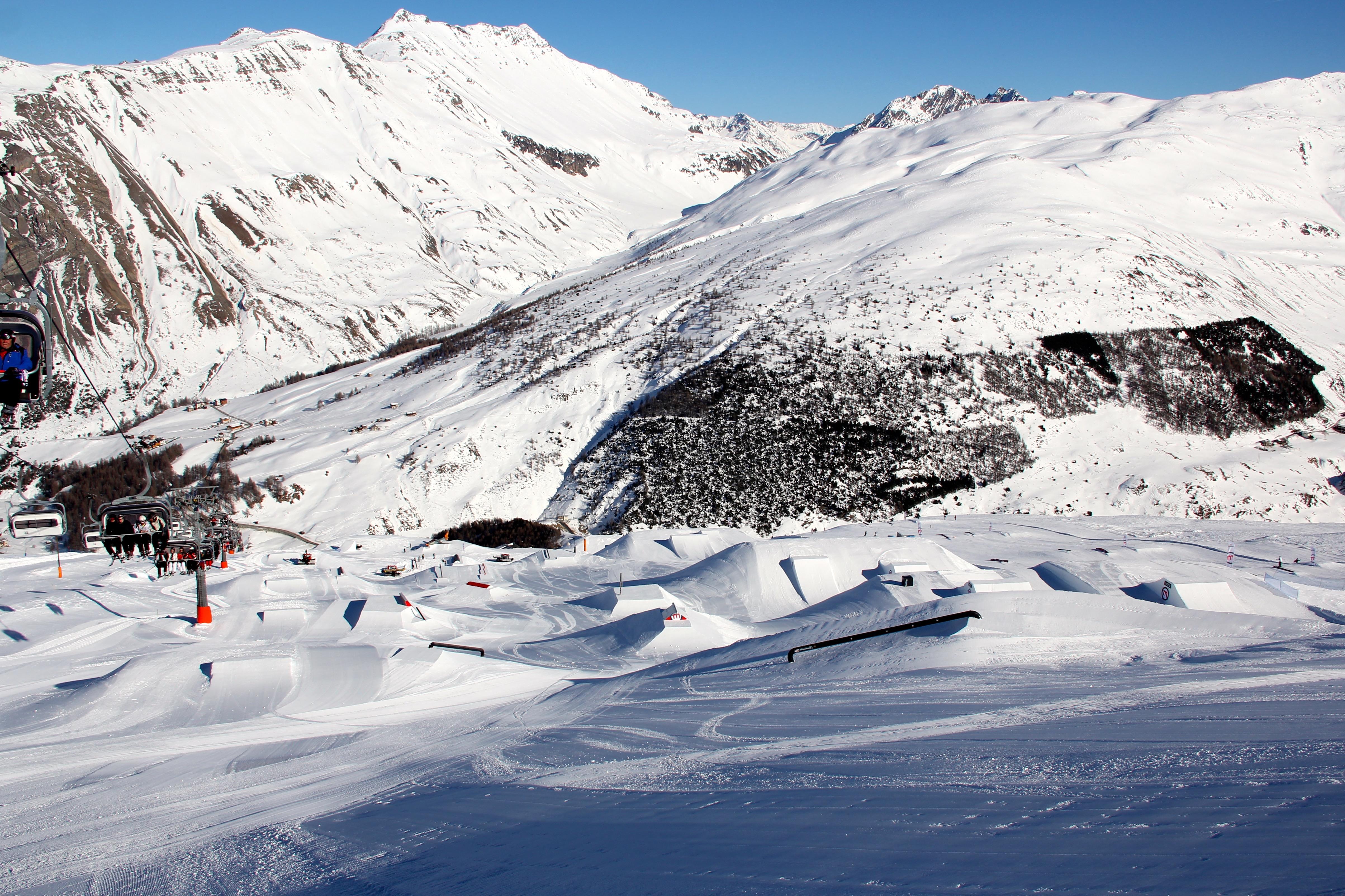 Le piste del Mottolino incorniciate nelle Alpi