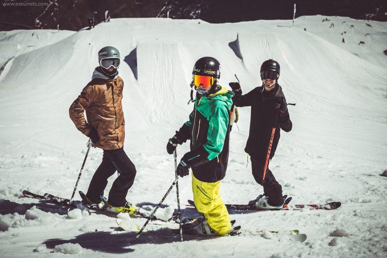 sciatori a fine stagione invernale allo Snowpark