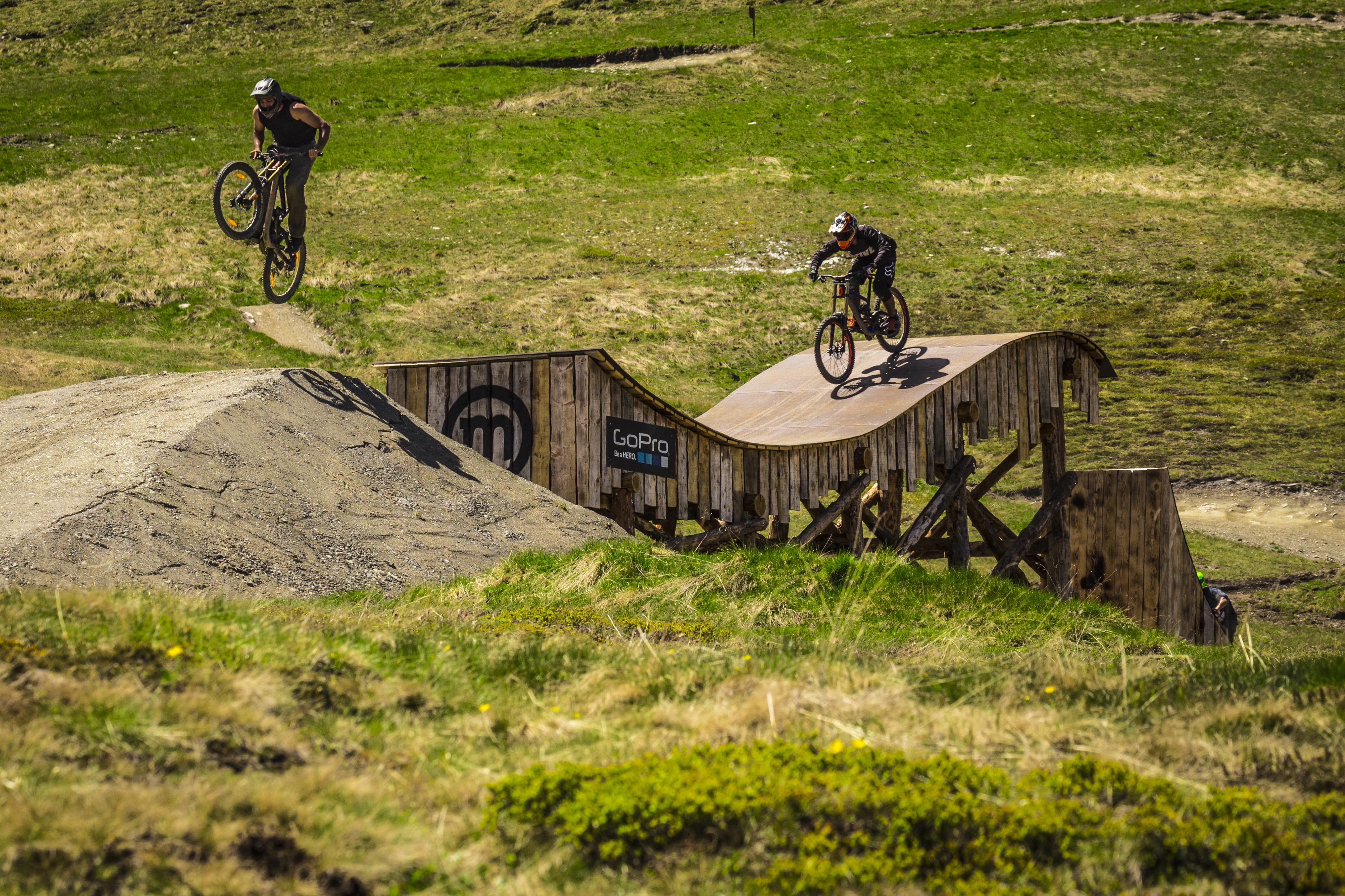 Evoluzioni su mtb dei riders al bikepark