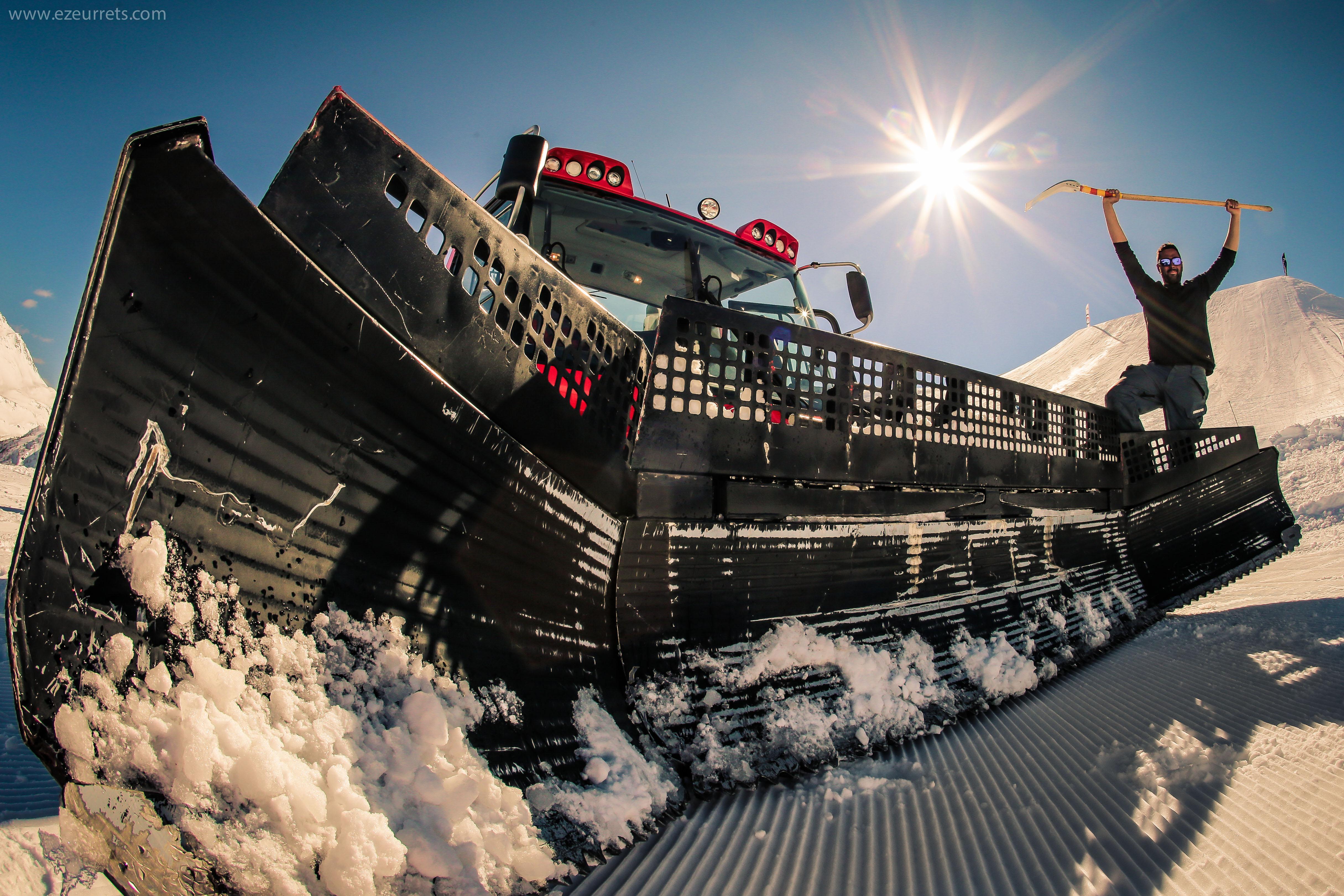 Gatto delle nevi con operatori sulle montagne di Livigno