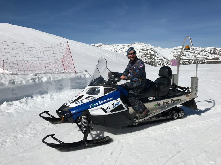 Motoslitta elettrica sulle piste del Mottolino