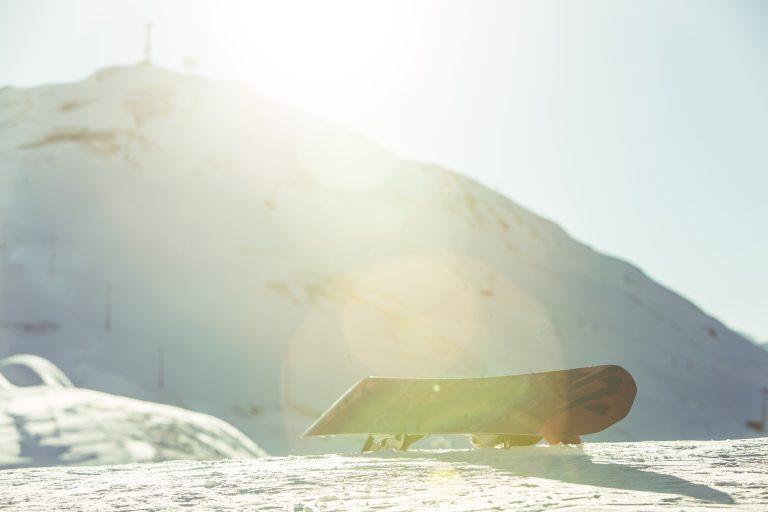 Snowboarder e sciatori a fine stagione sul Mottolino