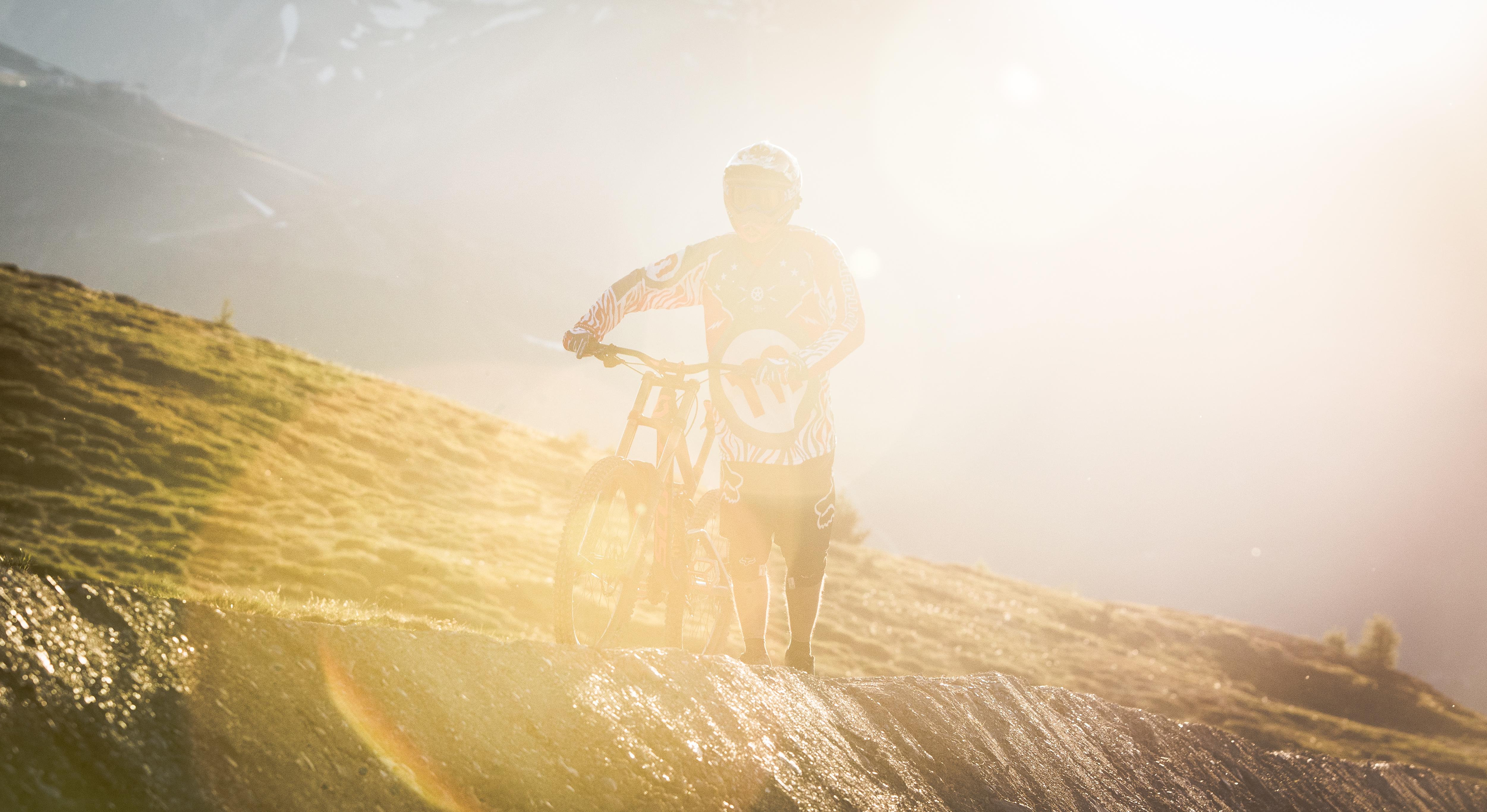 Rider al bikepark Mottolino durante giornata soleggiata