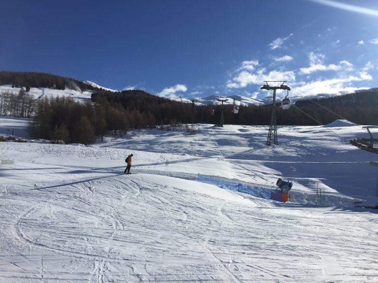 sciatori e piste innevate sul Mottolino skiarea