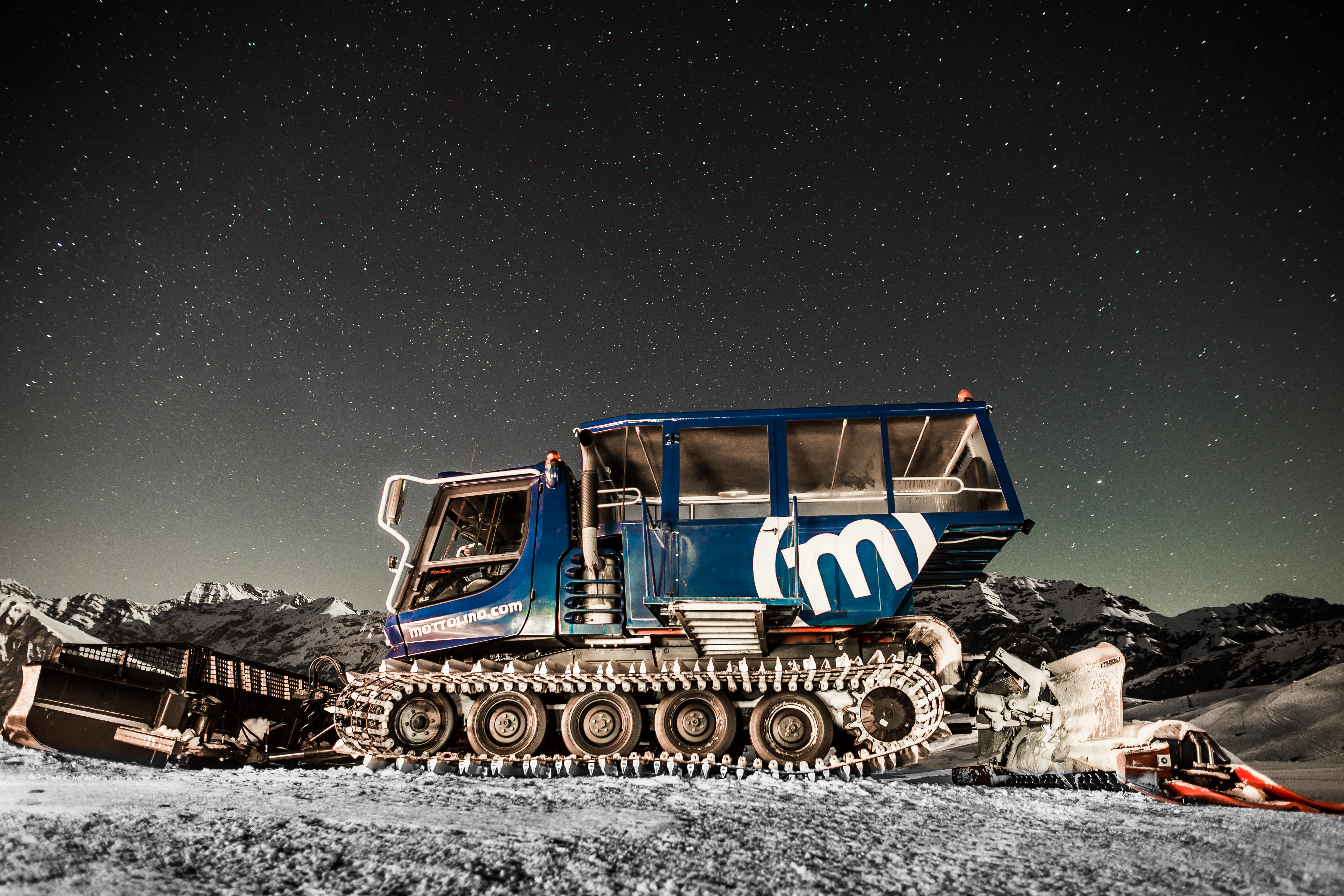 Gatto delle nevi in azione sulle piste del Mottolino Skiarea
