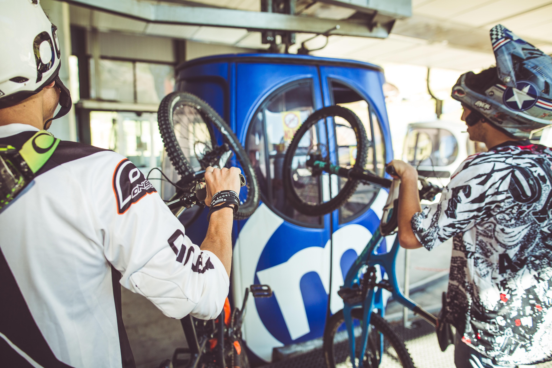 Rider alla cabinovia per il bikepark