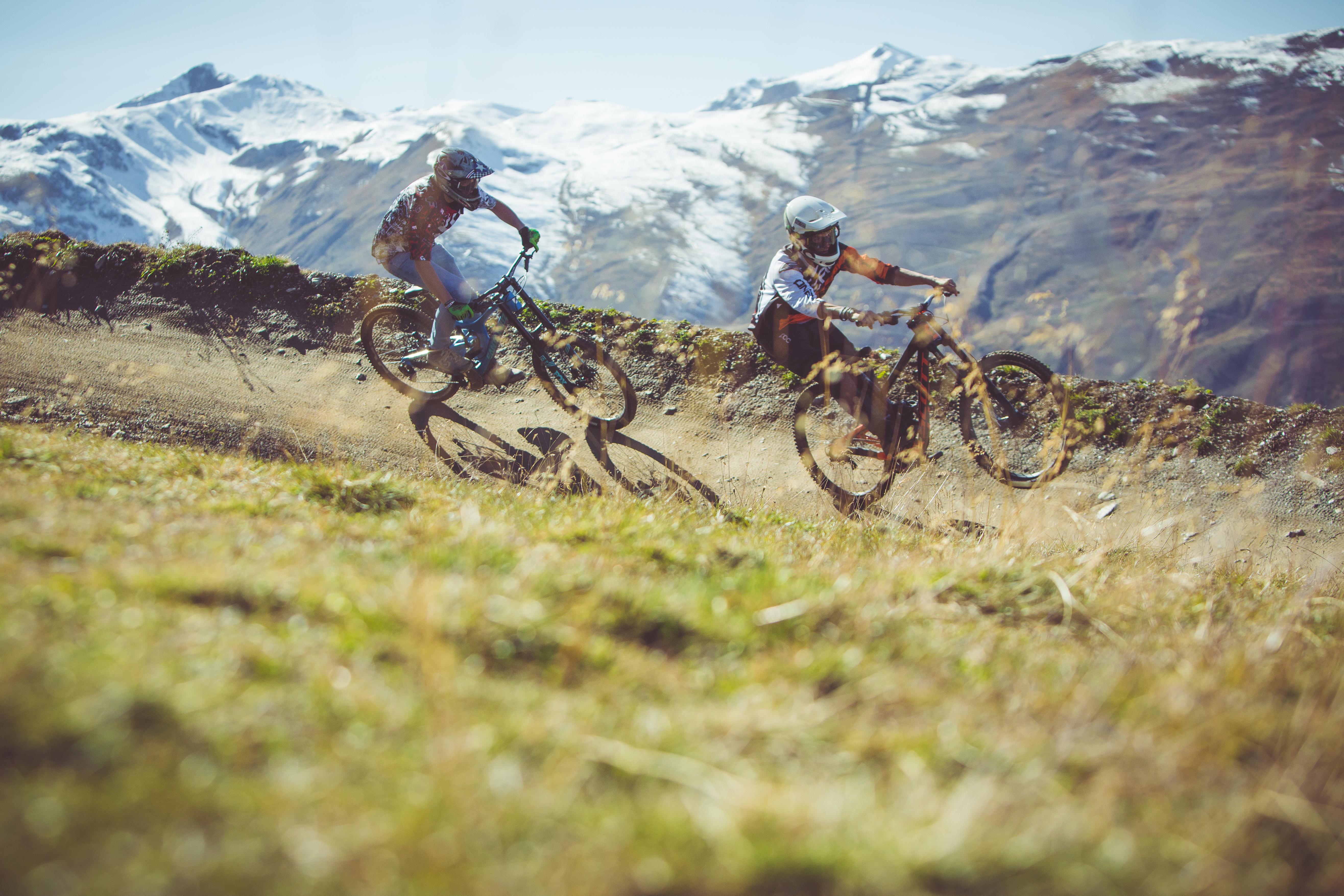 Apertura bikepark con due riders sui sentieri