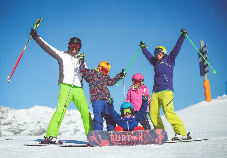 famiglia felice con sci e snowboard a Livigno