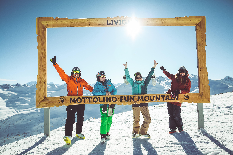 foto di gruppo sulla neve al Mottolino