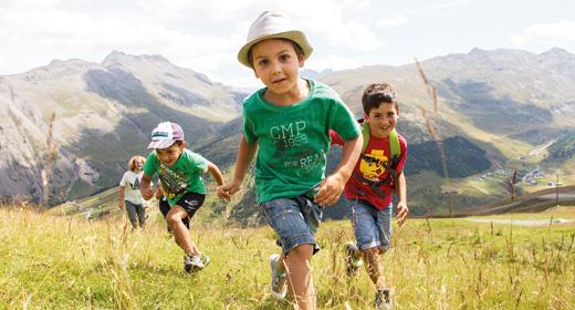 Bambini che si divertono in quota al Mottolino a Livigno