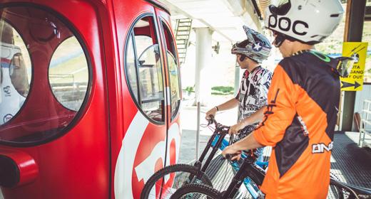 Telecabina colorata Mottolino per accedere al Bikepark Mottolino