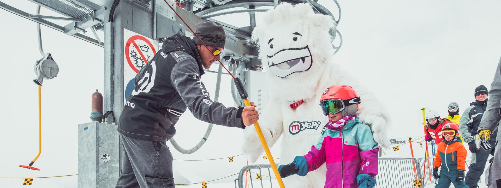 Bambina con Yepi al Campo Scuola della ski area Mottolino a Livigno