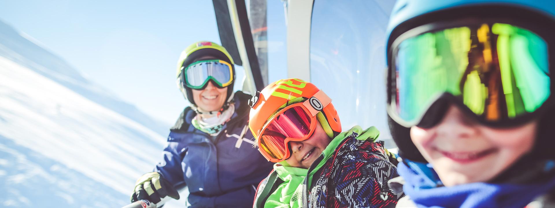 Famiglia felice sulle piste della ski area Mottolino a Livigno