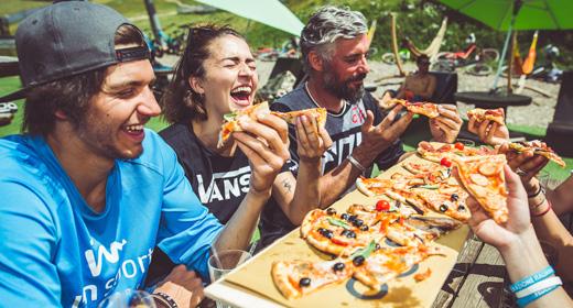 Gente divertita che mangia al Kosmo di Mottolino a Livigno
