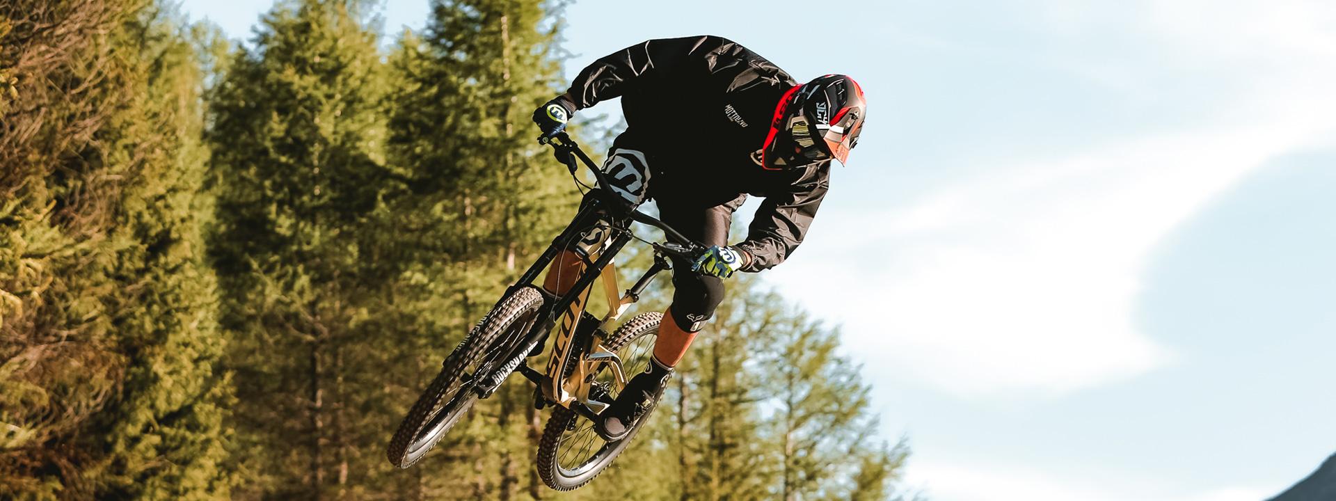Salti sui sentieri del Bikepark Mottolino a Livigno