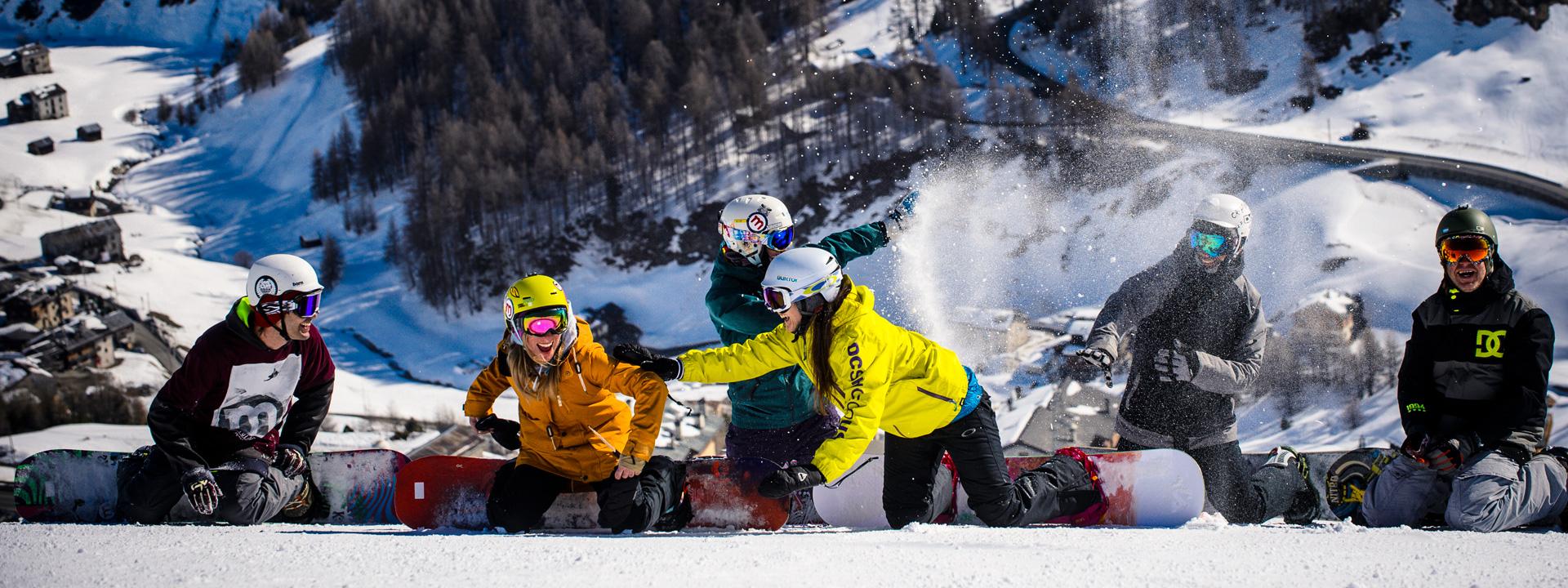 Gruppo di amici divertiti sulle piste della ski area Mottolino a Livigno