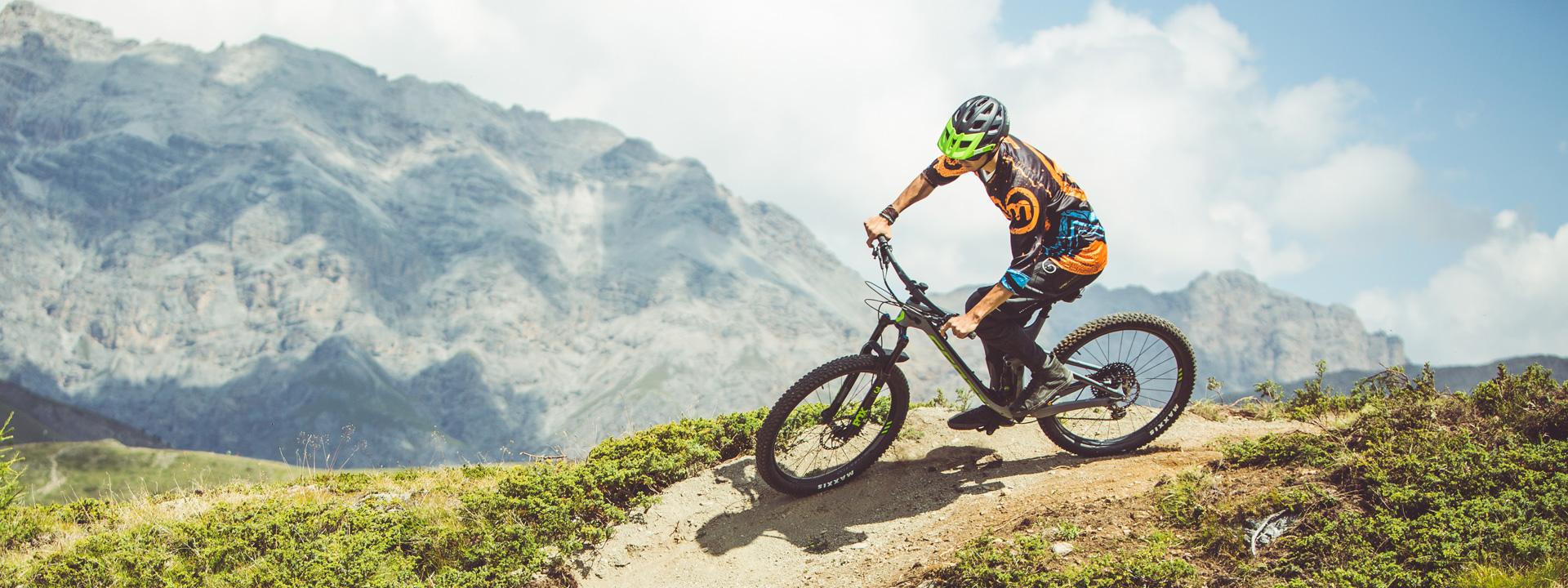 Biker su sentiero Enduro Natural Trail del Mottolino Bikepark di Livigno
