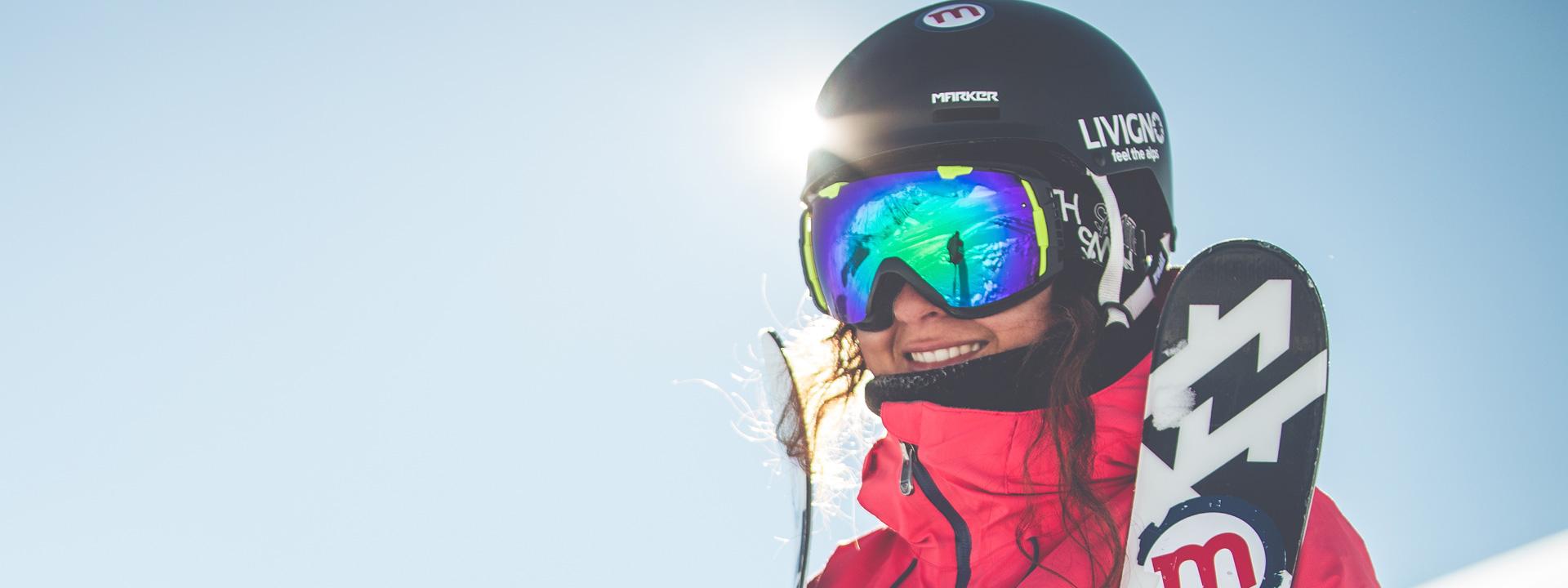 Sciatrice sulle piste della ski area Mottolino a Livigno
