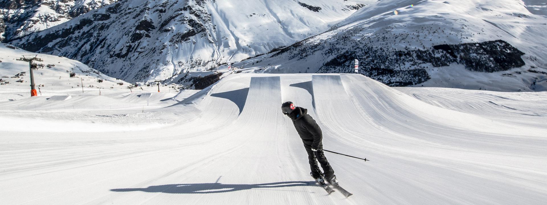 Freeskier pronto a saltare sui kicker dello snowpark Mottolino a Livigno