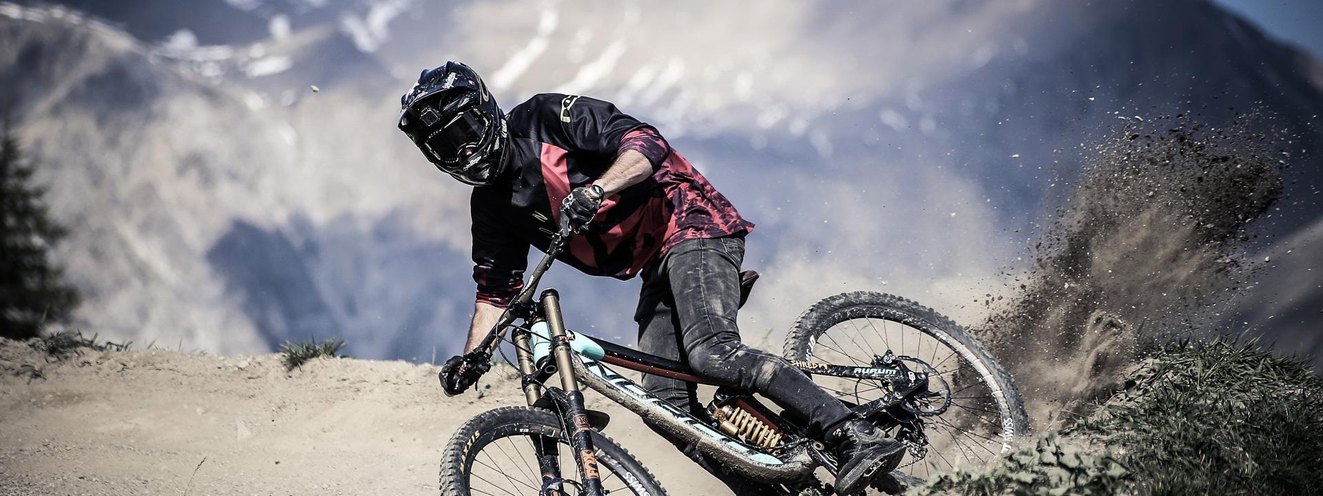 Biker esperto sui sentieri del Mottolino Bikepark