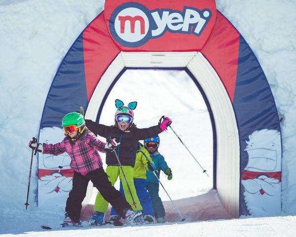 Bambini felici sull'area Yepi della ski area Mottolino a Livigno