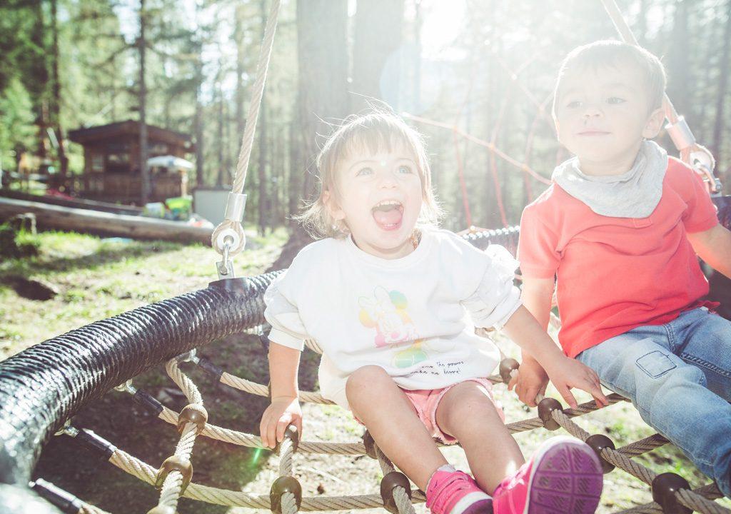 Bambini che ridono e si divertono nell'area Yepi del Larix Park di Mottolino a Livigno