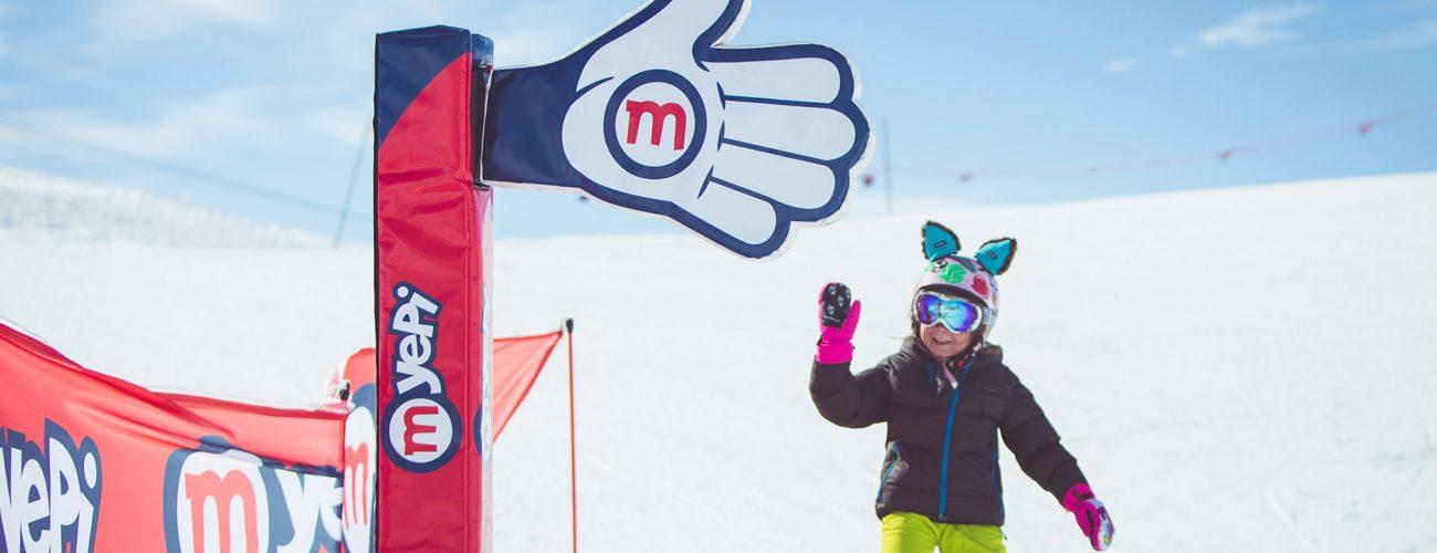 Bambina percorre il percorso Yepi sulla ski area Mottolino a Livigno