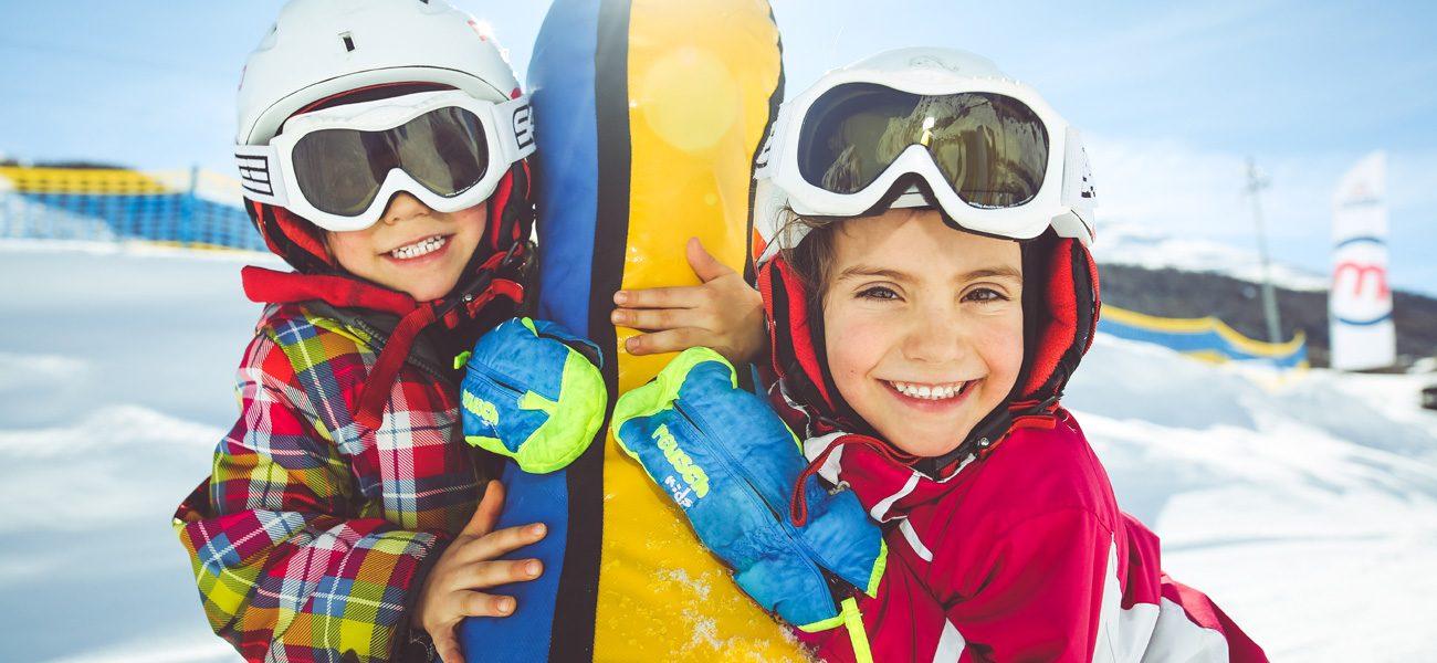 Gonfiabili nell'area giochi di fronte al M'eating Point della ski area Mottolino a Livigno