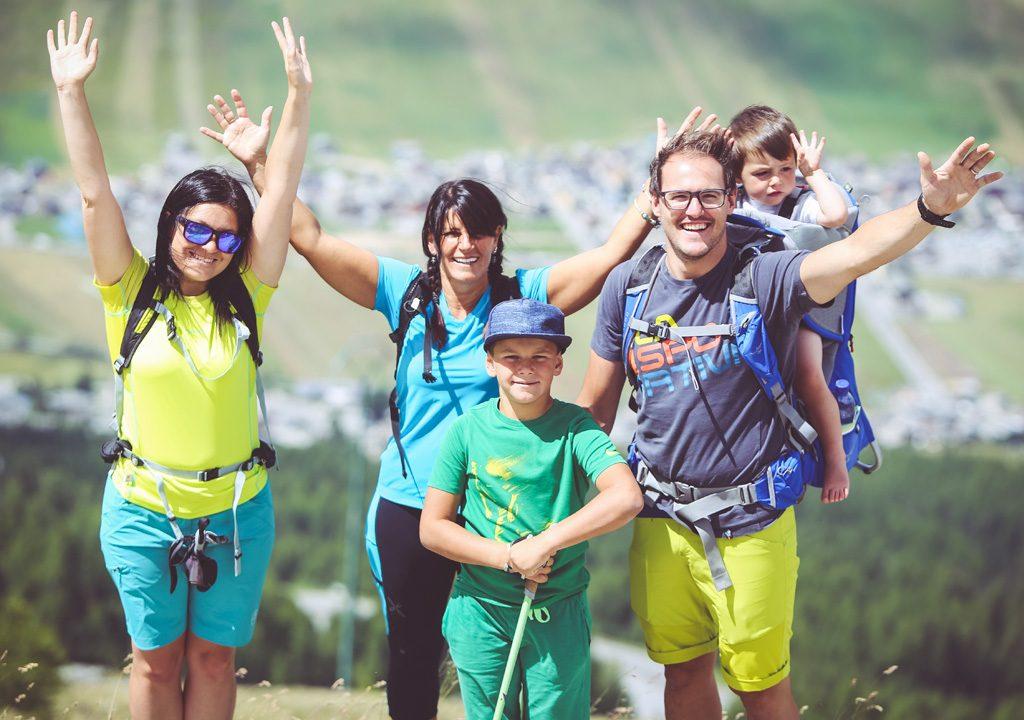 Famiglia che si diverte in quota al Mottolino a Livigno