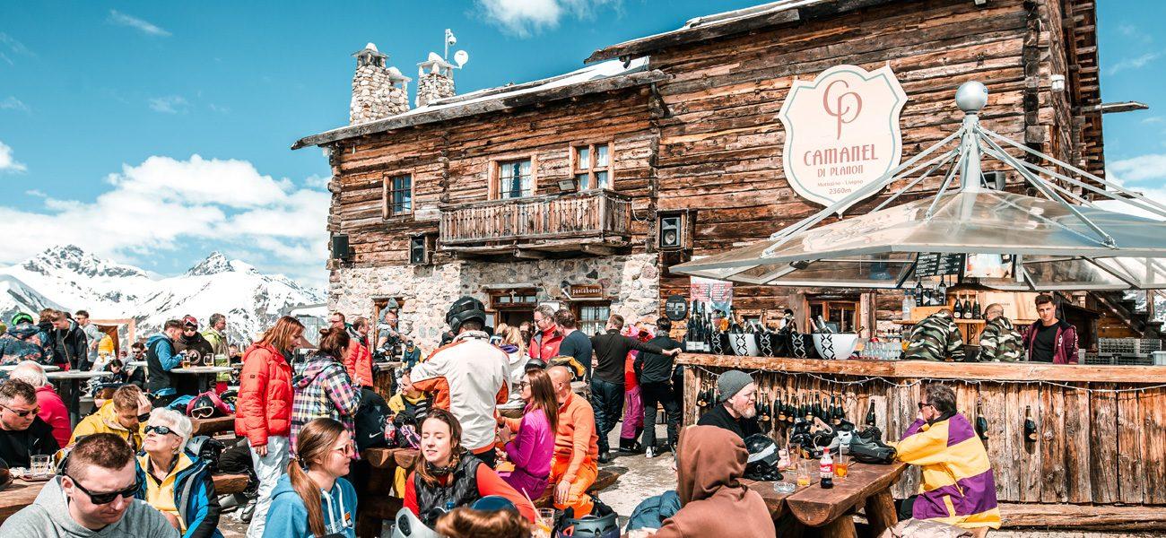 Festa nella terrazza esterna del rifugio Camanel di Planon nella ski area Mottolino a Livigno