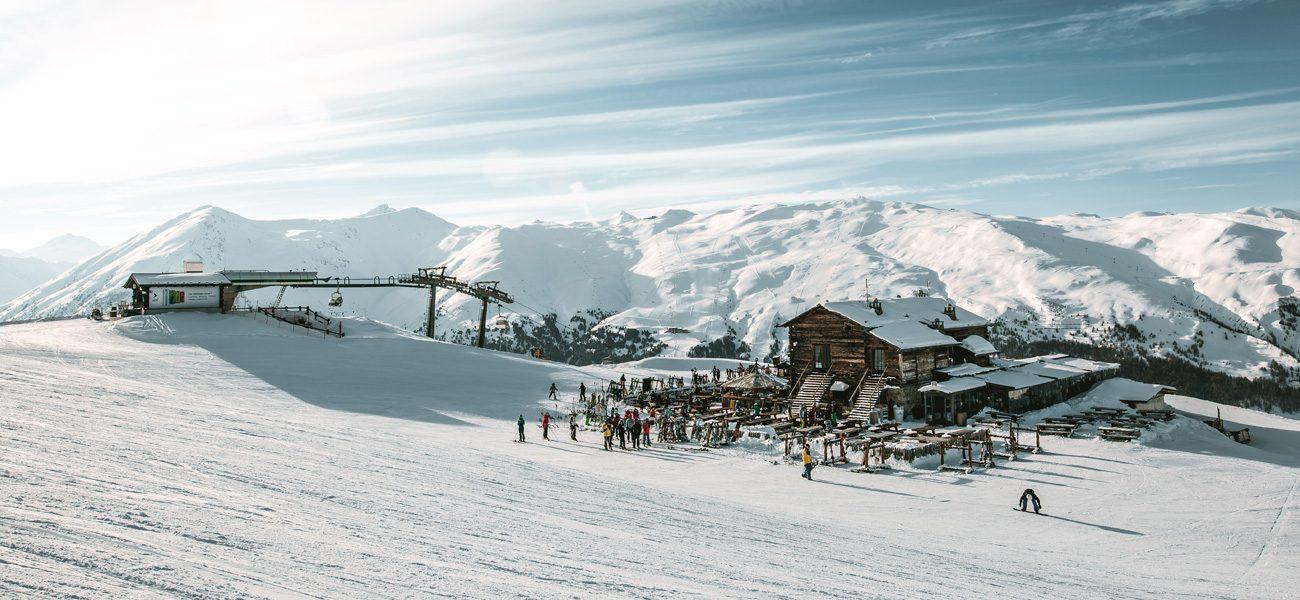 Rifugio Camanel di Planon all'arrivo della seggiovia Teola nella ski area Mottolino a Livigno