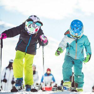 Bambini pronti a sciare al Campo Scuola della ski area Mottolino a Livigno