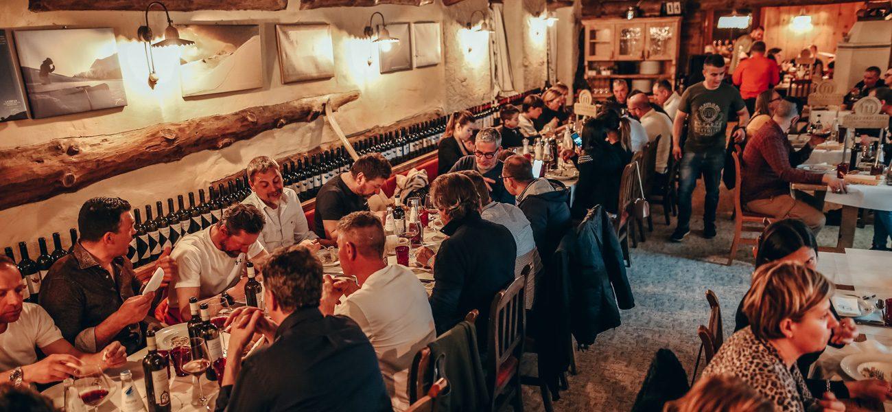 Momento durante la cena in quota al Camanel di Planon al Mottolino a Livigno