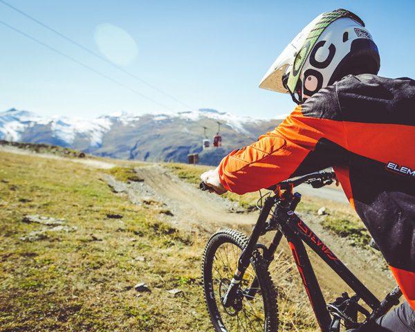 Biker verso le piste del Bikepark Mottolino a Livigno