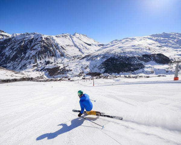 Skier durante una discesa sulle piste della ski area Mottolino a Livigno
