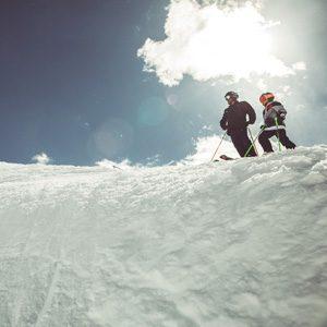 Famiglia pronta a partire sul Natural Pipe della ski area Mottolino a Livigno