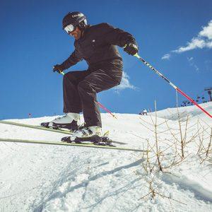 Skier salta all'interno del Natural Pipe della ski area Mottolino a Livigno