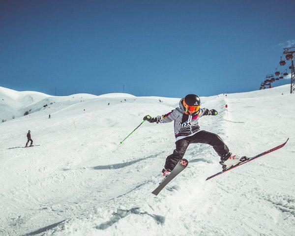 Famiglia che si diverte sul Natural Pipe nella ski area Mottolino a Livigno